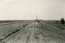 ZL_DIJKVERSTERKING_13 Kijkje op de Zeedijk, richting de Koeneweg en de Ruigendijk; 1957
