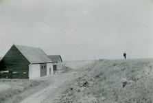 ZL_DIJKVERSTERKING_14 Kijkje op de Zeedijk. De boerderij van Nobel tussen de Schoutsweg en de Koekendorpsweg; 1957