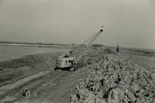ZL_DIJKVERSTERKING_16 Kijkje op de Zeedijk, richting de Koeneweg. Op de voorgrond een dragline van aannemer Boltje ...
