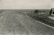 ZL_DIJKVERSTERKING_20 Kijkje op de Zeedijk, op de hoek van de Oudenhoornse Zeedijk; 1957