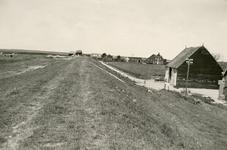 ZL_DIJKVERSTERKING_22 Kijkje op de Zeedijk. De boerderij van Nobel tussen de Schoutsweg en de Koekendorpsweg; 1957