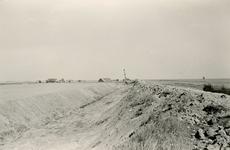 ZL_DIJKVERSTERKING_23 Kijkje op de Zeedijk, richting de Schoutsweg. Op de achtergrond de boerderij van Oosthoek; 1957