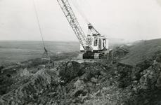 ZL_DIJKVERSTERKING_29 Een dragline is bezig met grondverzet; 1957