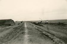 ZL_DIJKVERSTERKING_43 Kijkje op de Zeedijk, links de boerderij van Oosthoek; 1961
