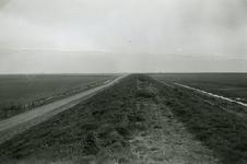ZL_DIJKVERSTERKING_48 Kijkje op de Zeedijk, richting de Bernisserwaard; 1961