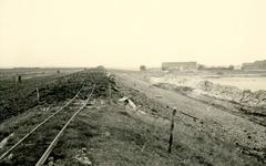 ZL_DIJKVERSTERKING_69 Kijkje op de Zeedijk, richting de Ruigendijk. De dijk wordt hersteld na de Watersnoodramp; Oktober 1953