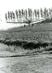 ZL_DWARSWEG_03 Met een vliegtuig wordt gif gespoten over een akker in de polder van Zuidland; ca. 1990
