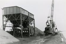 ZL_KROMMEDIJK_24 De zand en grindhandel van V/d Wal langs de haven bij het Spui; 1984