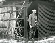 ZL_WATERSNOODRAMP_083 Maarten Blaak bekijkt de schade aan zijn boerderij; Februari 1953