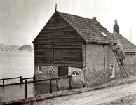 ZL_WATERSNOODRAMP_091 Via een ladder spullen uit huis redden; 2 februari 1953