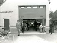 ZW_BRANDWEER_007 Brandweergarage tijdens brandweerdag met in de deuropening de burgemeester J. Sala (met donkere ...