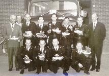 ZW_BRANDWEER_011 Burgemeester en wethouders met de Zwartewaalse brandweer in 1966. De foto werd genomen voor de ...