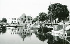ZW_HAVENKADE_032 Zwartewaal; Havenkade met afgemeerde pleziervaartuigen met op de achtergrond de zeilmakerij, 1994