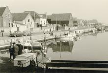 ZW_HAVENKADE_040 Zwartewaal; De haven van Zwartewaal, links de Havenkade, vooraan een kar van de Toko van J. van Hulst, ...