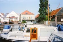 ZW_HAVENKADE_045 Zwartewaal; De haven van Zwartewaal, met achterzijde van de woningen aan de Dorpsstraat, Augustus 1994
