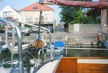 ZW_HAVENKADE_046 Zwartewaal; De haven van Zwartewaal, met achterzijde van de woningen aan de Dorpsstraat, Augustus 1994