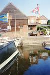 ZW_HAVENKADE_047 Zwartewaal; De haven van Zwartewaal, met achterzijde van de woningen aan de Dorpsstraat, Augustus 1994