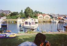 ZW_HAVENKADE_048 Zwartewaal; De haven van Zwartewaal, met achterzijde van de woningen aan de Dorpsstraat en het ...