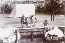 ZW_HAVENKADE_049 Zwartewaal; Recreatie langs de haven van Zwartewaal: vissen en kamperen. De heer De Goede, mevrouw De ...