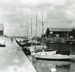 ZW_HAVENKADE_051 Zwartewaal; De haven van Zwartewaal. Rechts het clubhuis van de watersportvereniging, 1965