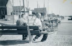 ZW_HAVENKADE_052 Zwartewaal; De haven van Zwartewaal. Met twee onbekende mannen op een bank, 1960
