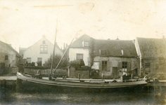 ZW_HAVENKADE_054 Zwartewaal; Het eerste beurschip van H.A. Kieviets in de haven van Zwartewaal. In de stuurstand Leen ...