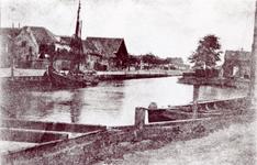 ZW_HAVENKADE_057 Zwartewaal; De Haven van Zwartewaal. De woningen links op de foto zijn: woon- en pakhuis van Hein ...