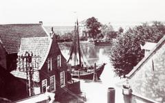 ZW_HAVENKADE_058 Zwartewaal; Hoog water in de Haven van Zwartewaal, ca. 1935