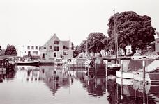 ZW_HAVENKADE_059 Zwartewaal; De Haven van Zwartewaal, met op de achtergrond het voormalige nettenpakhuis en ...