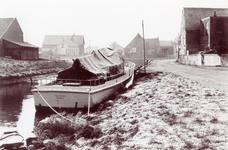 ZW_HAVENKADE_060 Zwartewaal; De Haven van Zwartewaal, met op de achtergrond het voormalige nettenpakhuis en ...