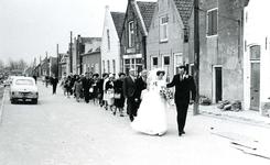 ZW_HENRYFORDSTRAAT_001 Bruidspaar Jacob Deurloo en Ina v/d Hoek op weg naar het gemeentehuis. Van rechts naar links: ...