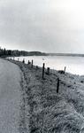 ZW_MAASDIJK_003 Maasdijk met rechts het Brielse Meer en op de achtergrond de Brielse Brug; 1995