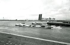 ZW_MAASDIJK_008 Scheepvaart over het Hartelkanaal, links de Calandbrug; ca. 1972