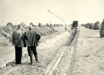 ZW_MAASDIJK_009 Begin van de verhoging van het grondwerk in Vak 4 tussen Brielle en Zwartewaal; 24 augustus 1955