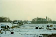 ZW_MAASDIJK_011 Het dorp Zwartewaal, gezien vanaf de Maasdijk. Op de voorgrond de volkstuinen; Maart 1991