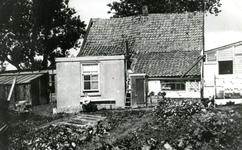 ZW_MEELDIJK_003 Woonhuis van de familie Koene met op de bank vermoedelijk Piet Koene; ca. 1930