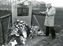 ZW_MEELDIJK_005 Dhr H. v.d. Graaf uit Rockanje geeft uitleg bij de onthulling van het gedenkteken ter nagedachtenis van ...