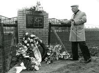 ZW_MEELDIJK_006 Dhr H. v.d. Graaf uit Rockanje geeft uitleg bij de onthulling van het gedenkteken ter nagedachtenis van ...
