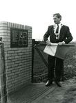 ZW_MEELDIJK_009 Burgemeester J. Sala verricht de onthulling van het gedenkteken ter nagedachtenis van de overval en ...