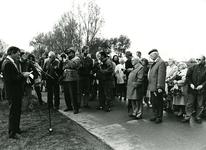 ZW_MEELDIJK_010 Redevoering door burgemeester J. Sala bij de onthulling van het gedenkteken ter nagedachtenis van de ...