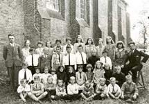 ZW_PERSONEN_002 Leerlingen van de Openbare School bij de Ned. Hervormde Kerk (St.Martinuskerk); ca. 1938