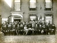 ZW_PERSONEN_034 Groepsfoto genomen voor het Gemeentehuis aan de Dorpsstraat ter gelegenheid van de installatie van ...