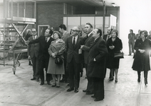 ZW_PERSONEN_042 Rondleiding op het bedrijf P. Spreeuwenberg B.V. tijdens het werkbezoek van mr. M. Vrolijk (CDK) ; 09-02-1976