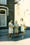 ZW_PERSONEN_062 Drie dames: Jannie Luijendijk (bakker), mw. Kievits (schipper), B. Boers; ca. 1975