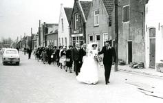 ZW_PERSONEN_065 Een stoet mensen loopt achter het bruidspaar Jacob Deurloo en Ina van der Hoek; 5 april 1968