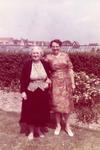ZW_PERSONEN_067 Marie van Gijsen en Nel v/d Hoek - Monstering met op de achtergrond het broeikastje van Janus Blom, aan ...