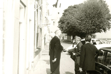 ZW_PERSONEN_071 Commissaris der Koningin van Zuid-Holland Klaasesz bezoekt Zwartewaal; 8 maart 1957