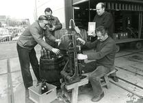 ZW_PERSONEN_074 Leden van de Lions bottelen wijn op het terrein van firma Spreeuwenberg; 22 maart 1984