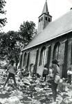 ZW_SCHOOLSTRAAT_031 Rommelmarkt bij en t.b.v. de Ned. Hervormde Kerk (St. Martinuskerk); 21 mei 1982