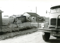 ZW_SCHOOLSTRAAT_041 Houten noodwoning langs de Schoolstraat, met ingetekend een aanbouw; 1966